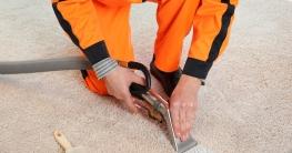 Dampfbürste im Einsatz, verschmutzter Teppich